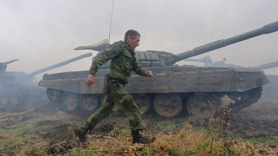 A brigada é formada, entre outros, por um batalhão de tanques - AFP