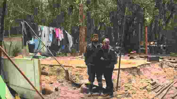 Marcos Venicius Prado e Daiane Neves diante de sua casa recém demolida na região do Rio Verde, na Jureia - Acervo da comunidade do Rio Verde e Grajaúna - Acervo da comunidade do Rio Verde e Grajaúna