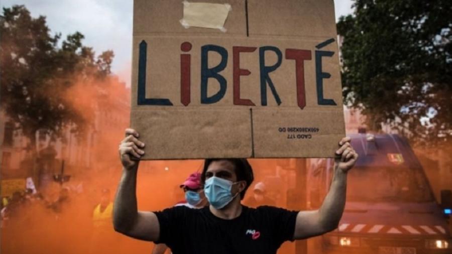 Protestos contra atestados do último sábado reuniram mais de 200 mil pessoas nas ruas da França, sendo cerca de 14 mil em Paris, onde houve confrontos com a polícia - Reuters