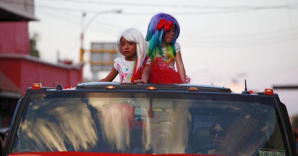 22.jun.2015 - Duas meninas participam da parada do Orgulho Gay em Ciudad Juarez, México, no domingo (21)