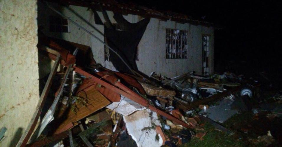 14.jul.2015 - Casa ficou bastante danificada após tempestade em Francisco Beltrão, no sudoeste do Paraná
