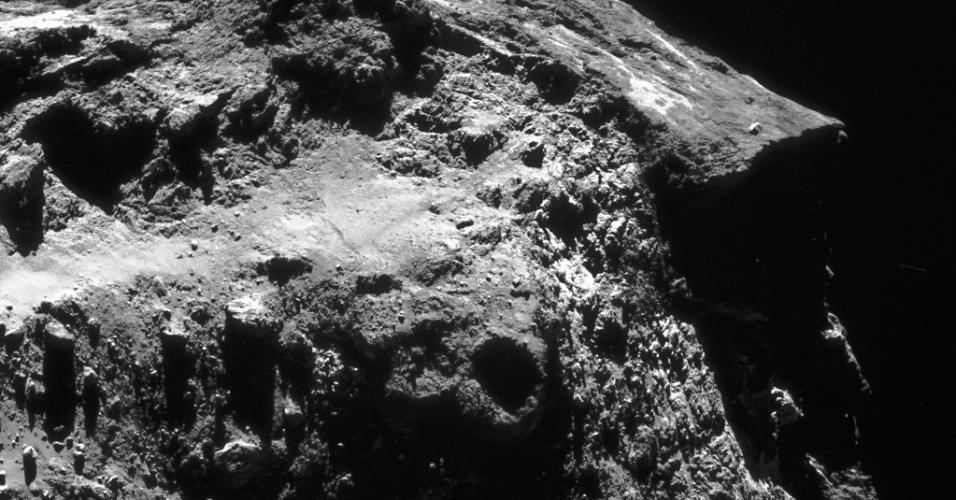 6.ago.2015 - Esta imagem foi capturada em 14 de dezembro de 2014, a partir de uma distância de 19,8 km do centro cometa 67P / Churyumov-Gerasimenko, e mostra o cenário dramático no grande lobo do corpo celeste. Em 6 de agosto de 2014, a Rosetta iniciou observações detalhadas, incluindo o mapeamento da superfície do núcleo em busca de um local de pouso adequado para sonda Philae