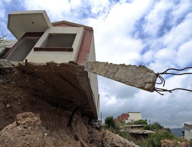 6.ou.2015 - Casas desabaram na área residencial de Cidade do Anjo, na periferia de Tegucigalpa, em Honduras . As autoridades locais declararam alerta vermelho para região, forçando 46 famílias a deixarem suas casas por risco de desmoronamento devido as chuvas nas encostas instáveis