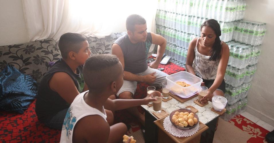 15.out.2015 - Toda manhã, antes de sair de casa para vender água na rua, Jairo de Freitas toma café com a família