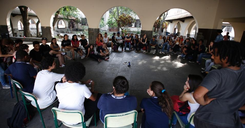 10.nov.2015 - Alunos ocupam Escola Estadual Fernão Dias, em Pinheiros, São Paulo. Eles são contra a reorganização escolar da rede pública