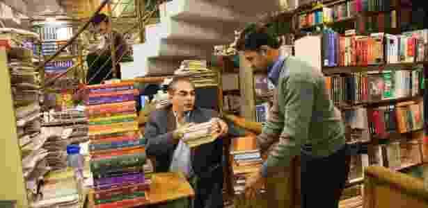 Ahmad Saeed (à esquerda) assume administração da Saeed Reserve Bank, uma das maiores livrarias do mundo, em Islamabad (Paquistão). Ele sempre esteve destinado a assumir os negócios da família - Danial Shah / The New York Times