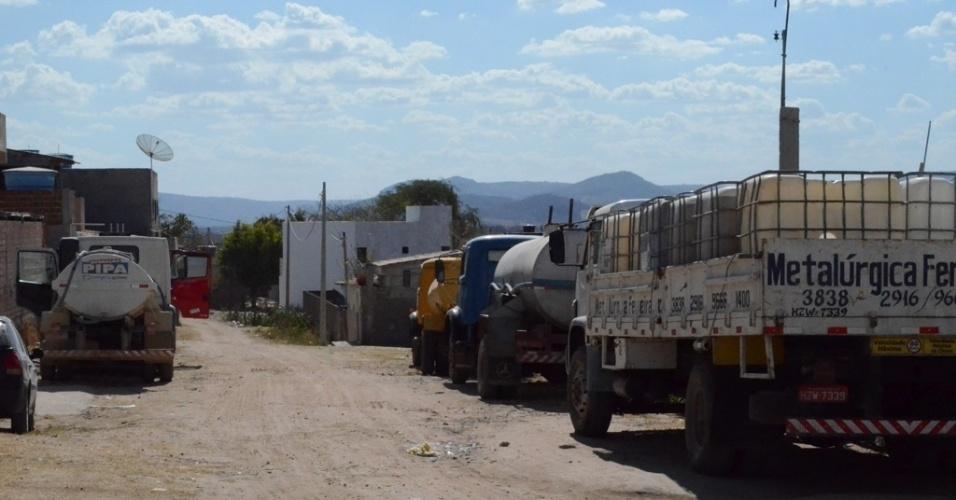 5.dez.2015 - Tanques são instalados em bairros no município de Pedra (PE) para abastecer à população