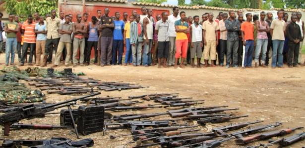 Supostos combatentes e suas armas são exibidos à imprensa pela polícia do Burundi
