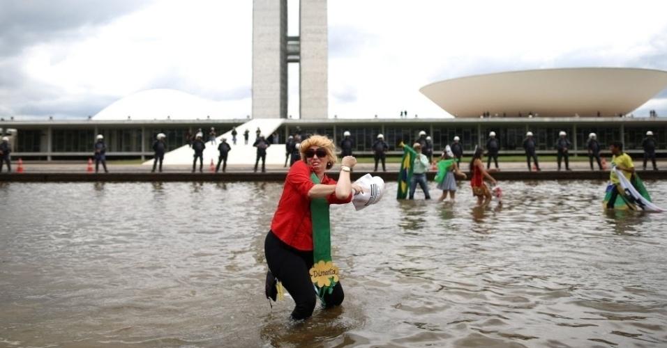 13.dez.2015 - Manifestante participa de protesto pedindo o impeachment da presidente Dilma Rousseff, perto do Congresso Nacional, em Brasília