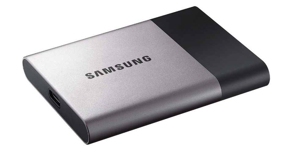 2 TB NO SEU BOLSO - A Samsung anunciou um avanço em seu armazenador de arquivos SSD, lançado no último ano. O novíssimo Samsung T3 SSD continua com o que fez o agora antigo T1 bem sucedido (como a velocidade de transferência de 460 MB/s), mas agora ganhou um novo design de metal que o faz ser mais duradouro. Além disso, ainda teve a capacidade máxima dobrada para incríveis 2 TB - a Sandisk já tem um dispositivo SSD com esta capacidade, mas mais largo que o da marca coreana. O preço ainda não foi anunciado, mas o lançamento do produto deve ocorrer em março. A tecnologia SSD ainda tem preços salgados e não é tão popular como USBs ou HDs.