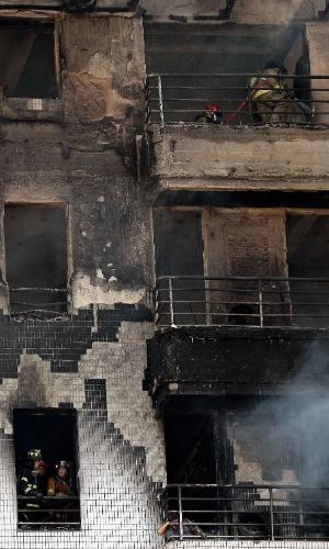 5.fev.2016 - Bombeiros trabalham para conter incêndio em prédio de dez andares em Bancoc, capital da Tailândia. De acordo com a imprensa local, pelo menos uma mulher morreu por conta do fogo, que atingiu todo o edifício