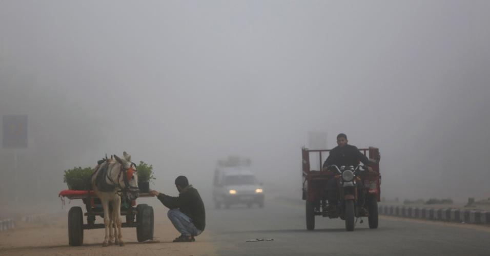 27.fev.2016 - Palestinos conduzem seus veículos em meio a uma intense névoa, em Beit Lahia, no norte da faixa de Gaza