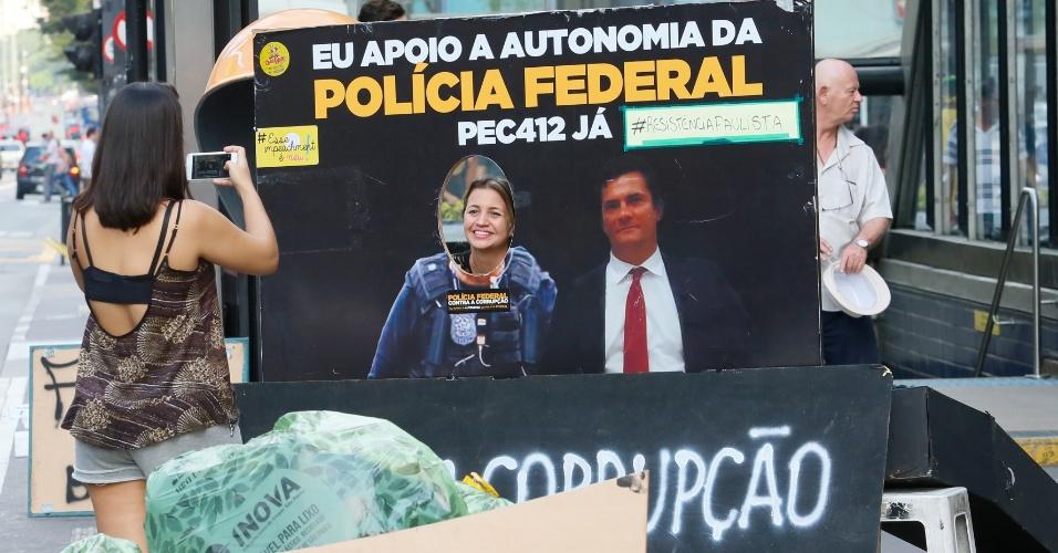 16.abr.2016 - Manifestantes tiram foto ao lado de imagem do juiz Sérgio Moro na avenida Paulista. Motociclistas fizeram um comboio no local e protestaram a favor do impeachment da presidente Dilma Rousseff