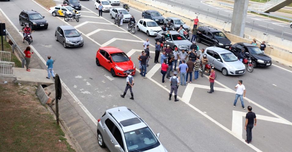 9.mai.2016 - Agentes da Fundação Casa do Vale do Paraíba fecharam a rodovia dos Tamoios, em São José dos Campos (SP) em protesto. Eles reivindicam 48% de reajuste salarial, melhorias nas condições de trabalho e a contratação de novos servidores. O trânsito foi impedido no km 12 sentido São José por cerca de 30 minutos