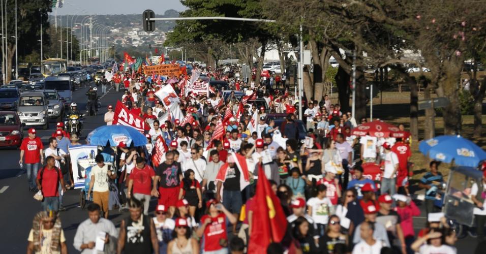 16.jun.2016 - Estudantes fazem protesto em defesa da educação pública e contra o governo do presidente interino, Michel Temer, na Esplanada dos Ministérios, em Brasília