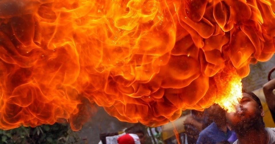 26.jun.2016 - Devoto hindu faz apresentação com fogo durante ensaio para o festival anual Rath Yatra, em Ahmedabad, na Índia. O evento conta com uma procissão que comemora a viagem de carruagem do Deus Jagannath, seu irmão Balabhadra e sua irmã Subhadra. O festival é o único momento em que devotos que não são permitidos dentro dos templos podem ter a chance de ver as divindades, ficando conhecido como uma festa de igualdade e integração