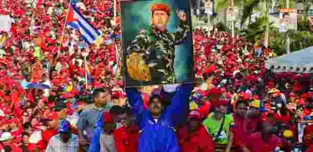 Nicolás Maduro segura imagem de Hugo Chávez durante campanha eleitoral de 2013 - Luis Acosta/AFP