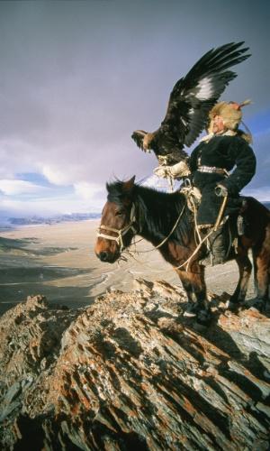 27.jul.2016 - Um caçador mongol segura uma águia-real. O homem domesticou as águas para localizar a capturar presas nas montanhas da Mongólia ocidental