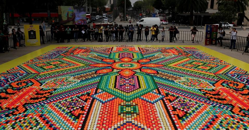 23.set.2016 - Mosaico feito com 26.896 potes de massa de modelar tenta alcançar o título do Guinness World como o maior mosaico do mundo