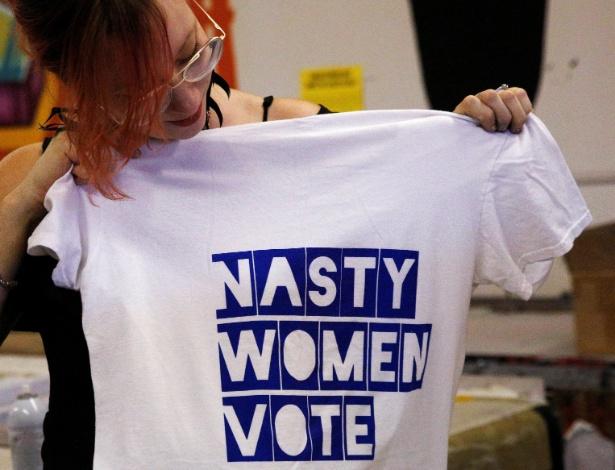 """Mulher mostra camiseta com os dizeres """"Mulheres desagradáveis votam"""", com expressão usada por Donald Trump para se referir a Hillary Clinton durante debate presidencial, em Nova York, nos EUA"""