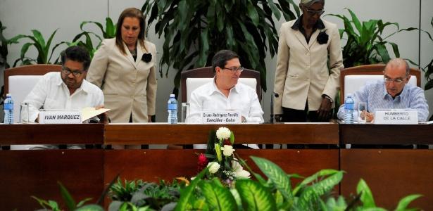 Ivan Márquez, das Farc (esquerda), e Humberto de la Calle (direita), do governo, assinam novo acordo