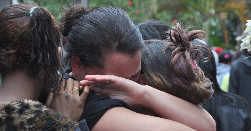 12.nov.2016 - Velório e enterro de quatro jovens mortos em uma chacina no cemitério da Vila Alpina, na zona leste de São Paulo, neste sábado (12)