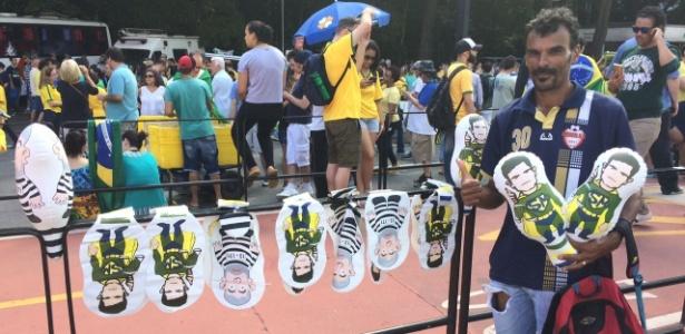 Desempregado, Pereira vende infláveis durante protesto na av. Paulista