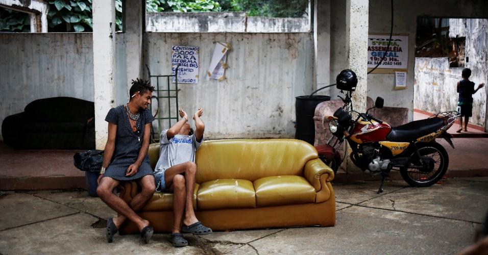 17.nov.2016 - Teflon (à esquerda), 19, e Gaby, 18, conversam em sofá no prédio ocupado no Centro de São Paulo