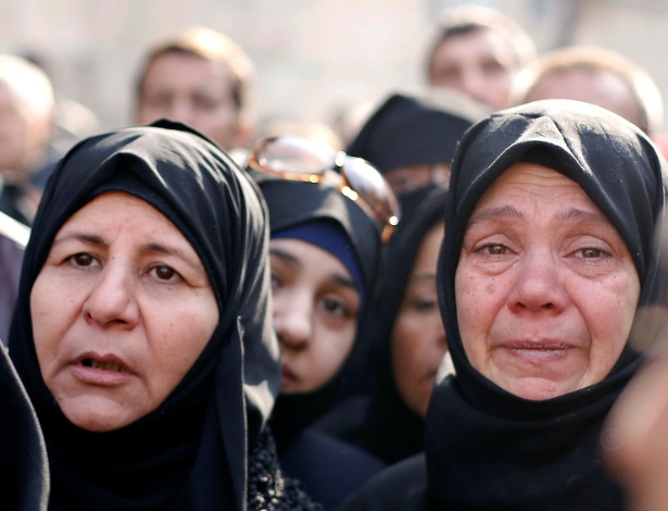 Mulheres aguardam do lado de fora do centro de polícia militar do governo para visitar parentes que evacuaram de bairros rebeldes da zona leste de Aleppo
