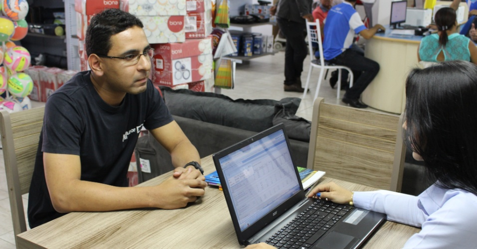 Vendedor Carlos Vinicius Soares terminando entrevista de contratação. Loja de móveis e eletrodomésticos da Gazin recém-instalada em Cristalina já lidera vendas da rede em Goiás