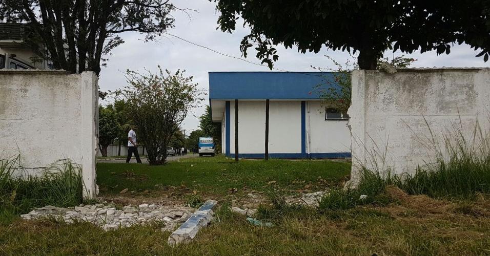 10.fev.2017 - Policiais do 27º Batalhão (Santa Cruz) conseguiram furar o bloqueio das mulheres que ocupam a entrada principal do local. Elas protestam por melhores salários e condições de trabalho para os agentes