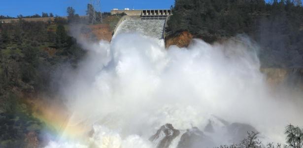 Barragem de Oroville, na Califórnia, dá vazão a agua
