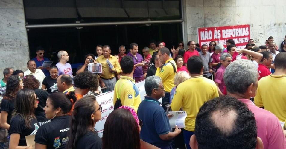 15.mar.2017 - Em Teresina, um ato contra as reformas trabalhista e da Previdência reuniu manifestantes em frente ao prédio do INSS, no centro da cidade
