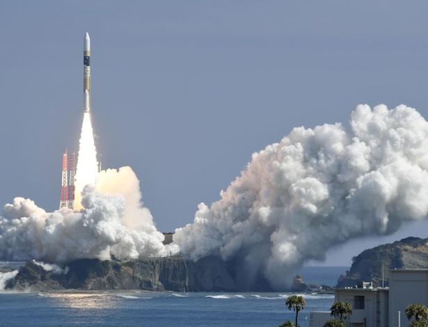 Foguete com satélite do governo japonês deixa plataforma em Tanegashima