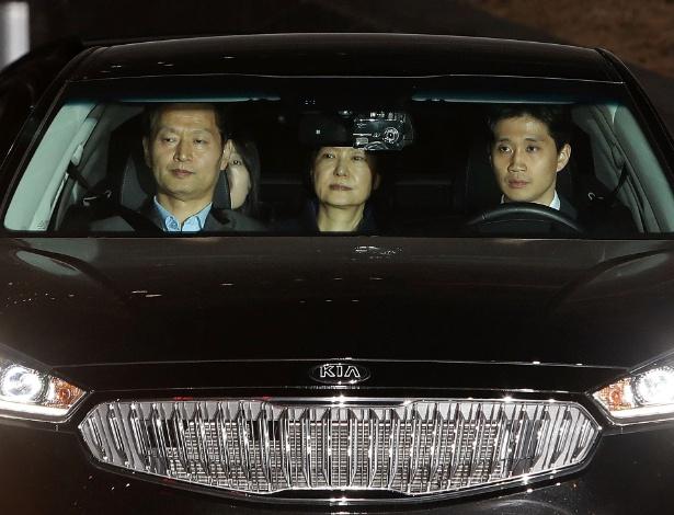 31.mar.2017 - A ex-presidente da Coreia do Sul, Park Geun-hye (centro), é transferida para centro de detenção em Seul