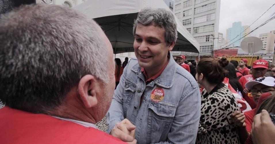 10-mai.2017 - O senador Lindberg Farias (PT) participa de manifestação em apoio a Lula no dia do depoimento do ex-presidente ao juiz Sergio Moro em Curitiba