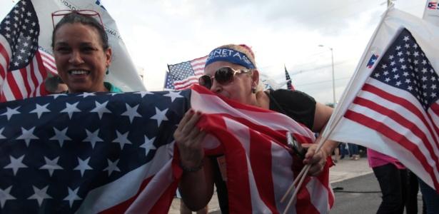Mulher beija bandeira dos EUA durante ato em San Juan, em Porto Rico