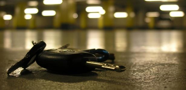 O ladrão atrapalhado deixou a chave do carro que iria usar na fuga cair no chão