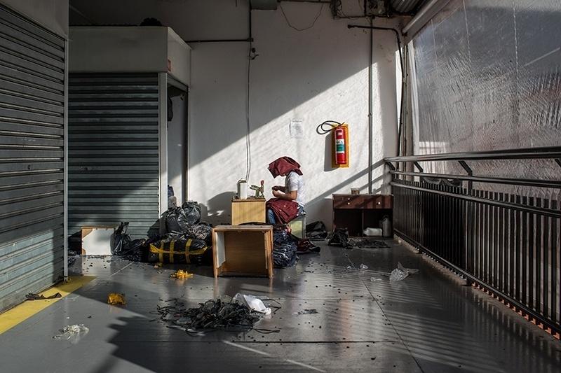 28.nov.2017 - Depois que a polícia passa e os feirantes são obrigados a se retirar da rua, algumas galerias viram ponto de trabalho para finalização da costura de peças que serão vendidas no dia seguinte