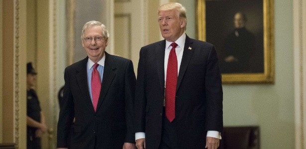 Trump e o líder republicano no Senado Mitch McConnell, que defendeu o projeto do presidente
