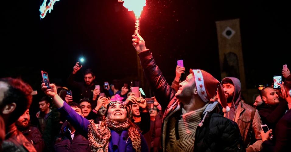 31.dez.2017 - Multidão reúne-se para despedir-se de 2017 em Istambul, na Turquia