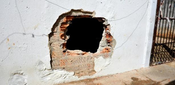 Inspeção mostra buraco em prisão de Aparecida de Goiânia, em Goiás, onde houve rebelião que deixou nove mortos