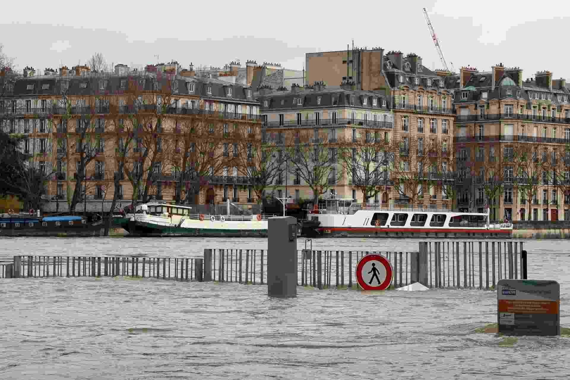 28.jan.2018 - Com o aumento do nível do rio Sena, várias ruas de Paris ficaram alagadas, após dias de chuvas intensas na capital francesa - Gonzalo Fuentes/Reuters