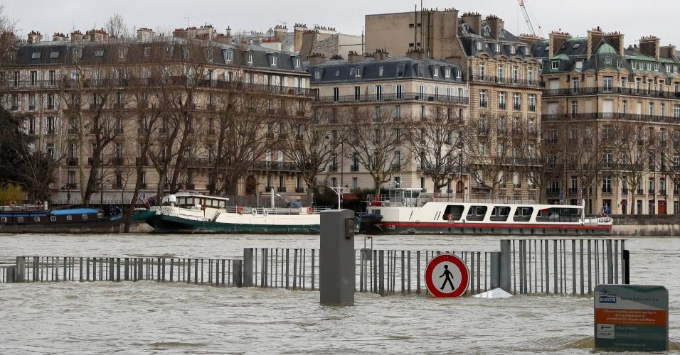 28.jan.2018 - Com o aumento do nível do rio Sena, várias ruas de Paris ficaram alagadas, após dias de chuvas intensas na capital francesa