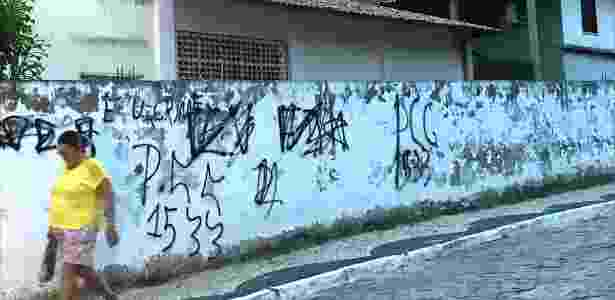 Inscrições do PCC (Primeiro Comando da Capital) em imóvel de Fortaleza, no Ceará, com a sigla e o número que representa as iniciais da facção criminosa (1533) - Wellington Macedo - 26.mar.2018/Estadão Conteúdo