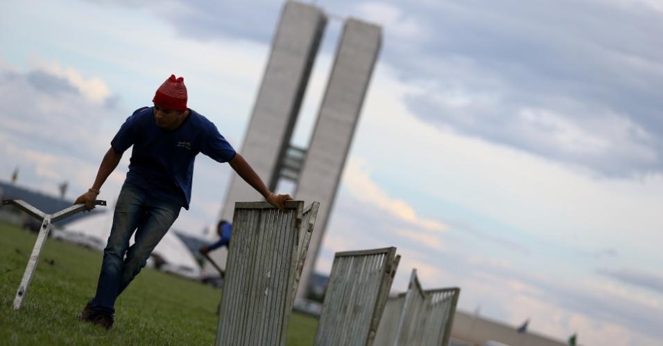 3.abr.2018 - O gramado em frente ao Congresso Nacional, em Brasília, é dividido ao meio para abrigar manifestantes contra e a favor da prisão do ex-presidente Luiz Inácio Lula da Silva. Os manifestantes não poderão ficar em frente ao STF