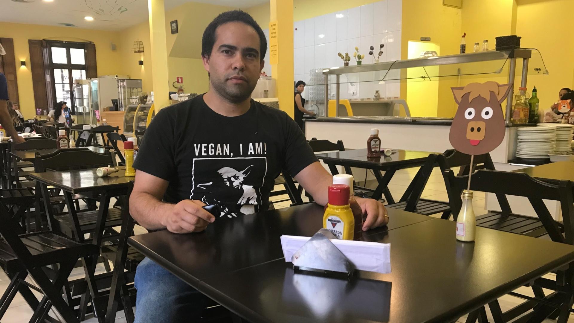 Restaurante Semente de Girassol, em Curitiba, e o dono Emerson Pio