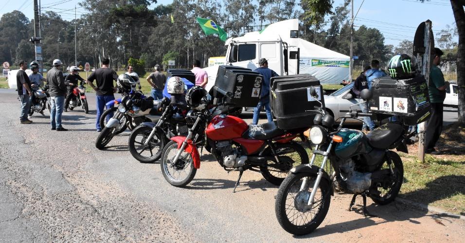 Caminhoneiros protestam nesta quarta-feira (23), em Araucária, região metropolitana de Curitiba (PR). Motoboys e motoristas de aplicativos se juntaram ao protesto. A categoria protesta contra o aumento nos preços do diesel