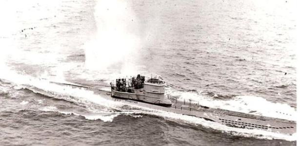 O submarino sob ataque em 1943, durante a Segunda Guerra Mundial - Wikimedia Commons