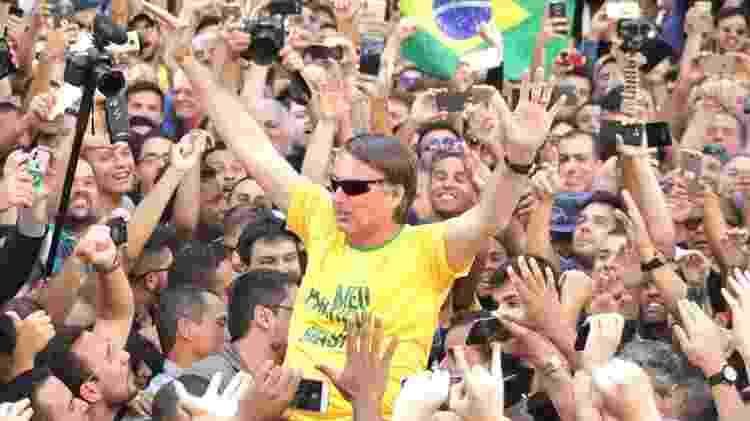 Jair Bolsonaro, então candidato, em ato de campanha em Juiz de Fora (MG), antes de ser atingido por uma facada (6.set.2018) - Rafaela Frutuoso/Diário Reginal JS